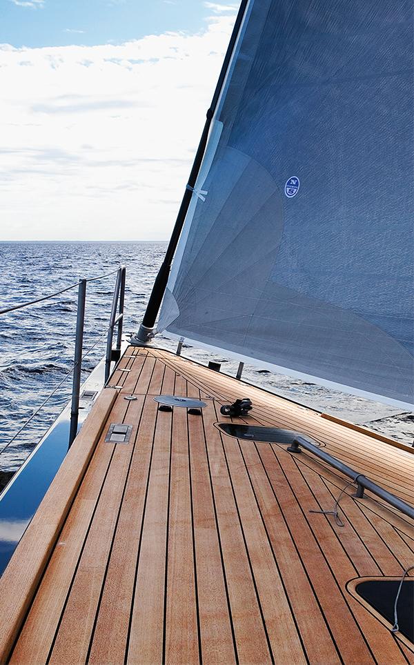drewno tekowe na pokładzie jachtu